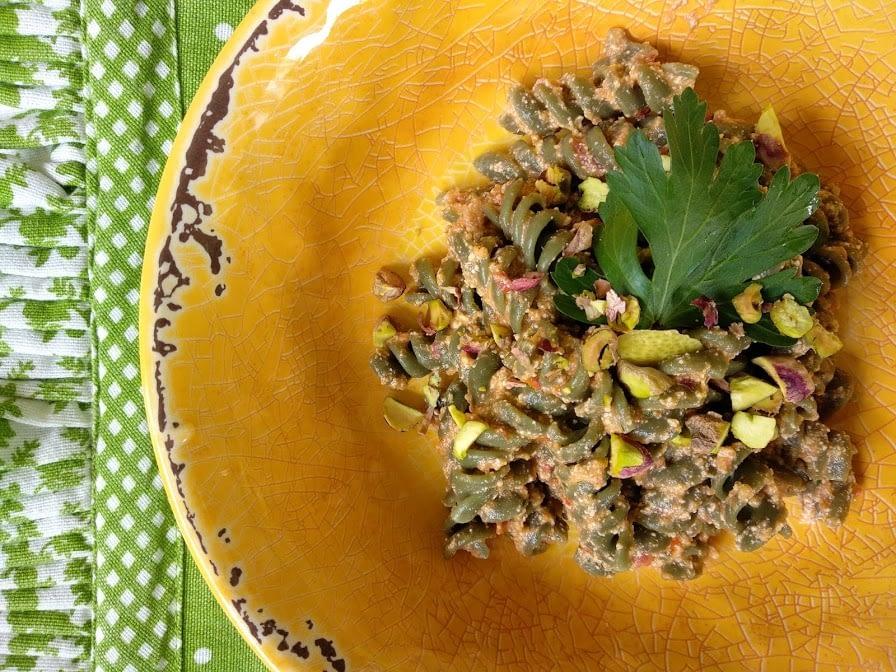 Fusilli con alga spirulina, tofu, pomodorini, avocado e prezzemolo