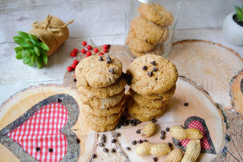 Cookies con arachidi e gocce di cioccolato