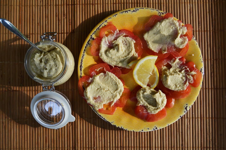 Hummus di ceci, maionese e capperi